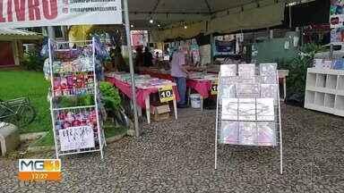 Feira de Livros é realizada na praça Tiradentes, em Teófilo Otoni - Veja o vídeo.