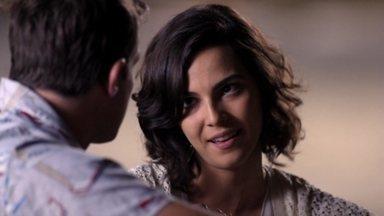 Ludmila se insinua para Ciro, que não resiste - Mesmo sem concordar em ter um relacionamento sem compromisso com a moça, ele acaba cedendo aos seus encantos