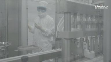 Butantan inicia envase da CoronaVac e prevê 1 milhão de doses por dia - Fábrica passa a funcionar 24 horas por dia e terá reforço de 120 novos profissionais.