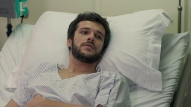 Camila se surpreende ao ver Giovanni no hospital - A jovem vai ao hospital e encontra Aparício no quarto com Giovanni