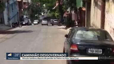 Caminhão desgovernado atinge carro no Alto Vera Cruz - Motorista contou aos bombeiros que perdeu os freios.