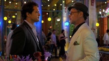 Alberto descobre que Cassiano não está no Flor do Caribe - O empresário vai embora para casa apressado