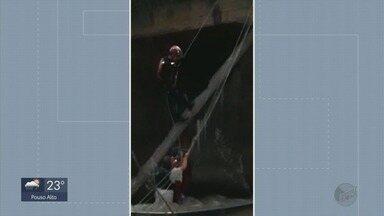 Família é arrastada por correnteza após barco virar em rio de Areado - Família é arrastada por correnteza após barco virar em rio de Areado; Bombeiros fazem resgate