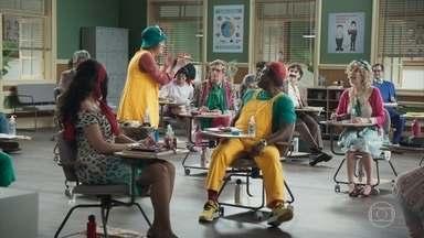 Os alunos tentam se comunicar com os espíritos do além - Professor Raimundo se atrasa para a aula e os alunos buscam algo para se divertir