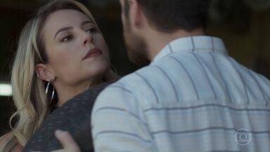 Jeiza e Zeca se estranham na oficina - Abel tenta fazer o casal se entender, mas não tem sucesso
