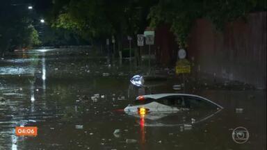 Temporal provoca alagamentos e transtornos em diversas regiões de São Paulo - A chuva começou na tarde desta terça-feira (29) e invadiu a noite. Na Grande São Paulo, três pessoas da mesma família morreram depois que a casa onde moravam desabou.