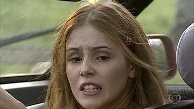 Íris atropela Fábio - Ela chega com seu carro novo no Haras e provoca o acidente
