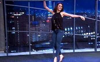Melanie Fronckowiak dança com o sexteto - Dona do 'mais belo bumbum do mundo' mostra que tem samba no pé.