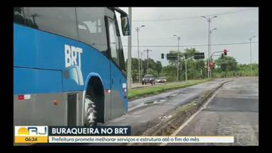 Pistas do BRT apresentam mau estado de conservação - Equipe do Bom Dia Rio percorreu o corredor expresso e encontrou grande quantidade de buracos, remendos e trechos desnivelados no asfalto.