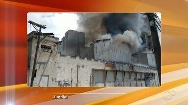 Incêndio em empresa de Jundiaí continua pelo terceiro dia - Os bombeiros continuam combatendo o incêndio no moinho de uma empresa de farinha na Vila Hortolândia, em Jundiaí (SP). O fogo começou na noite da última sexta-feira (8), foi apagado e voltou no fim de semana.