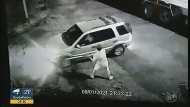 Motorista atropela e mata vizinha durante briga de trânsito em Jardinópolis, SP - Câmeras de segurança flagraram o momento em que o homem discute com o marido da vítima e do atropelamento, na sequência.