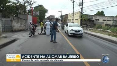 Motociclista fica ferido após se envolver em acidente na Avenida Aliomar Baleeiro - Vítima foi socorrida por uma equipe do Samu.
