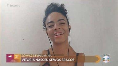 Bailarina que nasceu sem os braços faz sucesso na internet - Vitória começou a dançar muito cedo e conta que deficiência nunca a limitou. Ana Botafogo e Ingrid Silva mandam recado para a jovem