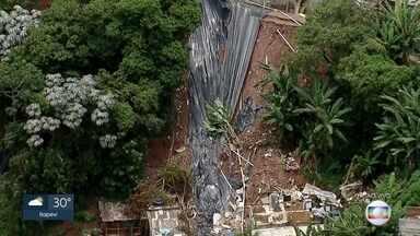 Chuva volta a castigar Embu das Artes na região metropolitana de São Paulo - Depois do temporal de 12 dias atrás, mais uma vez casas foram afetadas pela chuva.
