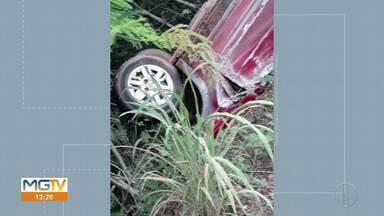 Carro capota na LMG-657, em Montes Claros - Cinco pessoas ficaram feridas.