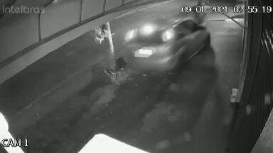 Câmera de segurança registra atropelamento em Cambé - Imagem impressiona, mas jovem consegue sair correndo do local.