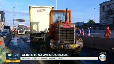 Acidente com caminhão de cerveja fecha pista da Avenida Brasil - O acidente na Avenida Brasil aconteceu na pista sentido Centro, perto do Into. Trânsito complicado no local.