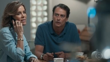 Edgar teme que Lica descubra as falcatruas de Malu - Malu comemora a repercussão das falsas notícias contra Dóris e garante ao marido que não existem provas contra ela