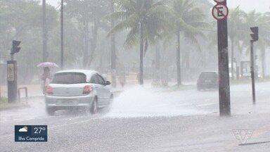 Chuva causa alagamentos em Santos nesta quarta-feira - Temporal atingiu cidade pela manhã e causou alagamentos.