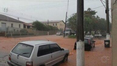 Chuva causa estragos em distrito de Laranjal Paulista - O Distrito de Maristela, em Laranjal Paulista (SP), teve as ruas alagadas, moradores ilhados e carros quase encobertos pela água na tarde de quarta-feira (13).