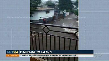 Morador de Sarandi mostra que avenida virou 'rio' em chuva - Enxurrada foi registrada no Parque Alvamar.