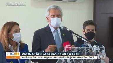 Goiás vai começar vacinação contra a Covid-19 por Anápolis - Ronaldo Caiado anunciou que imunização deve começar às 17h desta segunda-feira (18). Nesta manhã, foram trazidas ao estado 183.080 doses da CoronaVac.