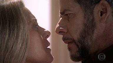Pedro é agressivo com Helena e cobra o amor que ela sentia por ele - Ela ameaça expulsá-lo. Pedro confessa que tem ciúmes e insiste que ela não pode ter deixado de amá-lo. Fred chega e percebe o clima entre eles. Helena reafirma que tudo acabou e Pedro vai embora, mas antes dá-lhe um beijo repentino e forte