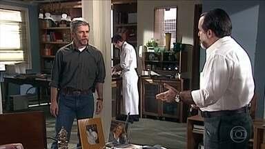 Pedro procura Miguel na livraria - Pedro olha o escritório de Miguel em detalhes