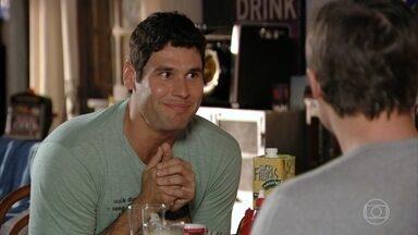 Ciro, Amadeu e Rodrigo conversam sobre seus relacionamentos - Os tenentes se dão conta de que, pela primeira vez, os três estão namorando sério ao mesmo tempo