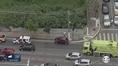 Acidente complica trânsito na Radial Leste - Carro perdeu controle próximo à Estação Belém do Metrô. Trânsito no sentido bairro ficou comprometido por volta do meio dia.