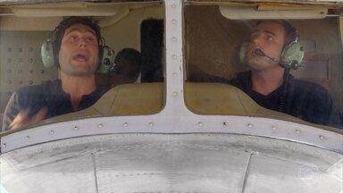 Os tenentes partem para o Rio de Janeiro com a missão de resgatar Dom Rafael - Amadeu perturba Ciro com comentários sobre o avião de seu pai