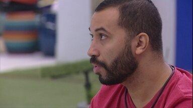 Gilberto diz: 'Já tinha todo meu grupo do VIP na cabeça' - Brothers conversam na área externa da casa