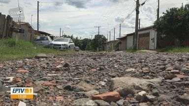 Moradores de Rio Claro esperam há anos por asfalto em avenida no Jardim Maria Cristina - Buracos e pedras causam transtornos há mais de 30 anos.