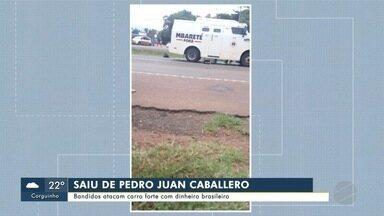 Bandidos atacam carro forte com dinheiro brasileiro - Bandidos atacam carro forte com dinheiro brasileiro