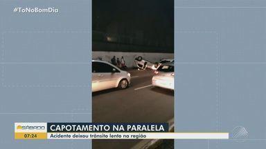 Avenida Paralela fica totalmente interditada após carro capotar e espalhar óleo na pista - Acidente aconteceu na noite de sexta-feira (29).