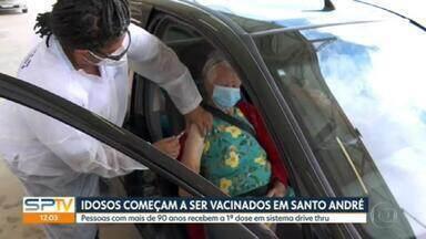 Idosos começam a ser vacinados contra Covid-19 em Santo André - A cidade que tem a quarta maior população do estado, já tinha vacinado mais de 17 mil pessoas entre profissionais da saúde e idosos em internação domiciliar.