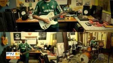 Torcedor multi-instrumentista une paixões pela música e pelo futebol - Tom Azuos gravou vídeo em que aparece interpretando o hino do Palmeiras.