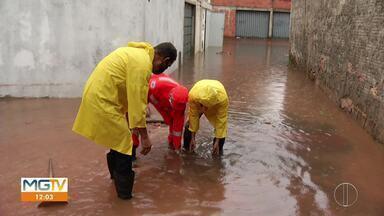 Chuva alaga casas em Montes Claros - Bombeiros atenderam ocorrências de alagamento no Bairro Cândida Câmara.