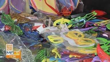 Covid-19: cancelamento de carnaval impacta no comércio de fantasias e viagens em Ituiutaba - Setor de viagem e comerciantes falam sobre queda causada pela pandemia e expectativas de reduzir perdas.