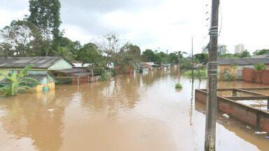 Com forte chuva, igarapés transbordam e invadem casas em Rio Branco - Com forte chuva, igarapés transbordam e invadem casas em Rio Branco