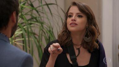 Camila diz para Fedora que tem uma surpresa - Leozinho fica tenso