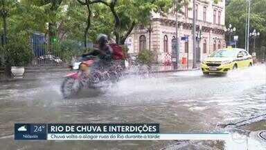 Chuva volta a alagar ruas do Rio durante a tarde - Depois de um longo período de calorão, a chuva chegou. E já veio causando dor de cabeça pro carioca que, mais uma vez, sofreu com alagamentos.