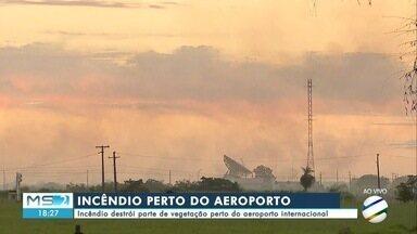 Incêndio em vegetação próxima ao aeroporto provoca nuvem de fumaça - Incêndio em vegetação próxima ao aeroporto provoca nuvem de fumaça