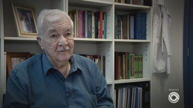 Pesquisador e neurocientista, Ivan Izquierdo morre aos 84 anos em Porto Alegre - Cientista morreu em casa, na manhã desta terça (9). Causa da morte ainda não foi confirmada.