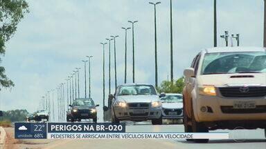 Pedestres se arriscam na travessia da BR-020 - Segundo a PRF, a imprudência e a alta velocidade dos veículos são os principais motivos de acidentes e mortes na rodovia.