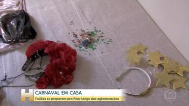 Carnaval em casa: foliões se preparam para ficar longe das aglomerações - Uma sexta-feira, pré-carnaval, bem diferente em vários cantos do Brasil. É o reflexo da pandemia que fez muitos foliões se prepararem para a festa em casa.
