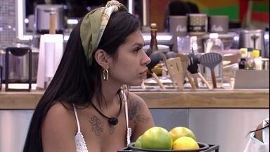 Pocah opina sobre brother: 'Não está me dando abertura' - Karol Conká conversa com Pocah e Lumena na mesa da cozinha VIP