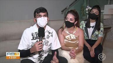 Moradores comemoram Carnaval dentro de casa, em Bezerros - Município é um dos mais visitados durante a semana do Carnaval.