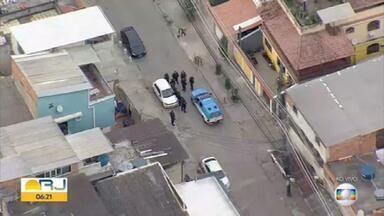 Polícia Militar faz operação na Cidade de Deus - Policiais estão com blindados nas ruas da comunidade na manhã desta quarta-feira (17).