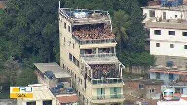 Desrespeito continua em mais uma festa clandestina no Morro do Vidigal - O Glovocop flagrou na manhã desta quarta-feira (17) uma enorme aglomeração no Morro do Vidigal.